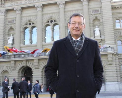 Josef Dittli, FDP-Ständerat aus Attinghausen, vor dem Bundeshaus. | Bild: Elias Bricker (Bern, 30. November 2015)